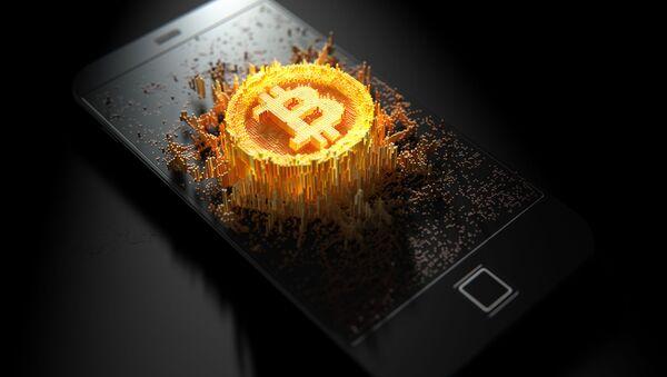 Изображение криптовалюты биткоин на поверхности мобильного телефона - Sputnik Абхазия