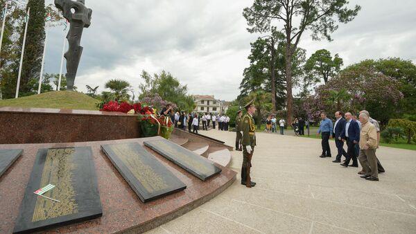 Возложение цветов в Парке Славы в честь освобождения Сухума - Sputnik Аҧсны