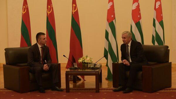 Официальная встреча и неофициальный кофе: как прошел день президента ПМР в Абхазии - Sputnik Абхазия