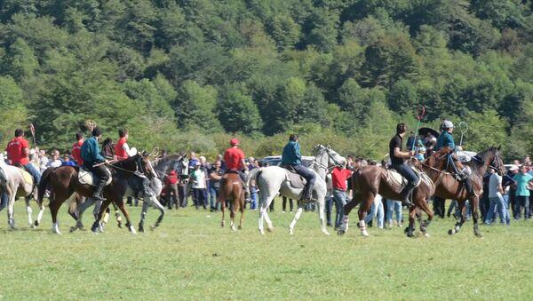 Краски войны и праздник в Мокве: главы Абхазии и ПМР посетили выставку и скачки - Sputnik Абхазия
