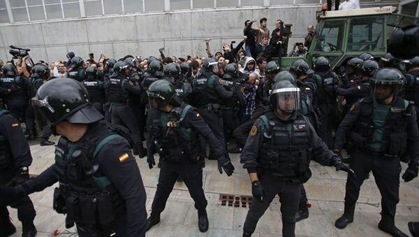 Более 300 человек пострадали при столкновениях с полицией в Каталонии - Sputnik Абхазия