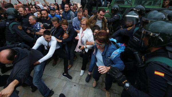 Столкновения в день референдума в Каталонии - Sputnik Абхазия