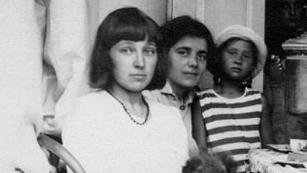 Первая справа – Елена Волошина, первая слева – Марина Цветаева, в центре – Сергей Эфрон. - Sputnik Абхазия
