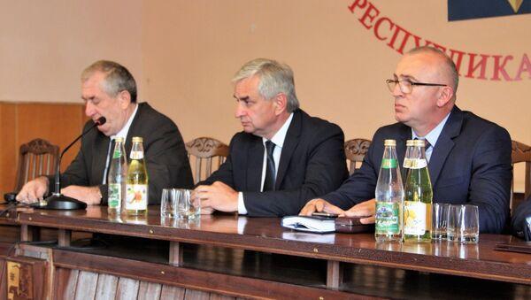 Президент Республики Абхазия Рауль Хаджимба представил коллективу Министерства внутренних дел нового Министра Гарри Аршба - Sputnik Аҧсны