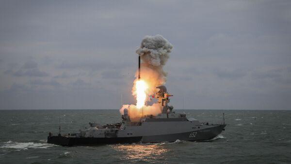 Малый ракетный корабль Град Свияжск запускает ракету Калибр во время итоговых учений корабельных группировок Каспийской флотилии. Архивное фото - Sputnik Абхазия