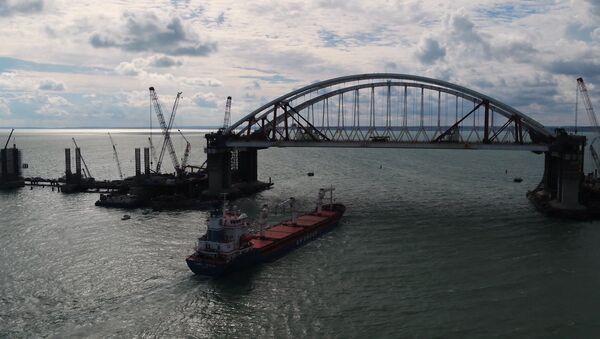Первое судно прошло под обеими арками Крымского моста - Sputnik Абхазия