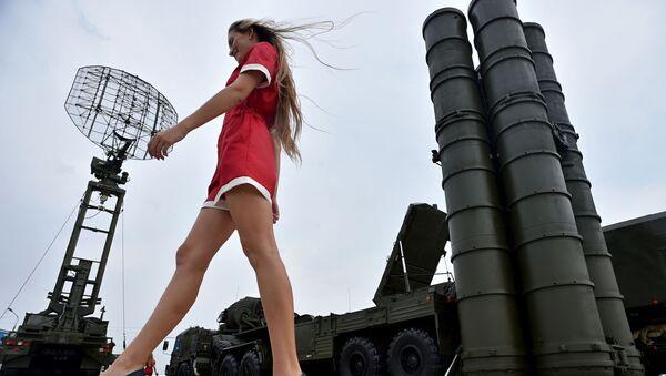 Девушка у ЗРК С-400 Триумф на военной выставке Оборонэкспо-2014 в Жуковском - Sputnik Абхазия
