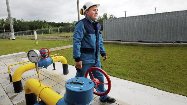 Рабочий на газокомпрессорной станции в Полтавской области Украины - Sputnik Абхазия