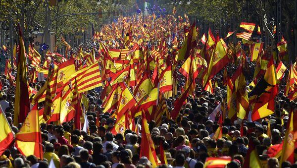 Люди размахивают испанскими флагами во время митинга за единство в Барселоне 29 октября 2017 год - Sputnik Аҧсны