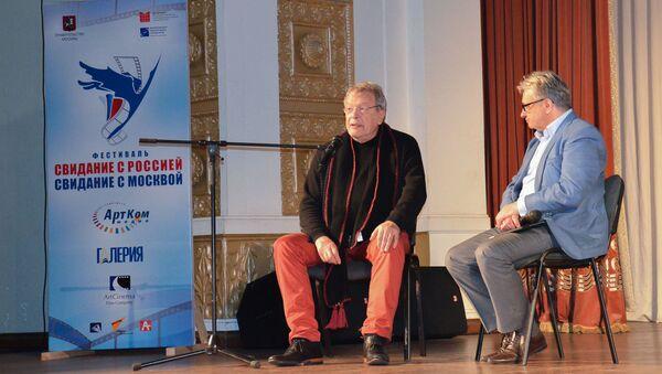Творческий вечер Виктора Ерофеева в сухумской филармонии - Sputnik Абхазия