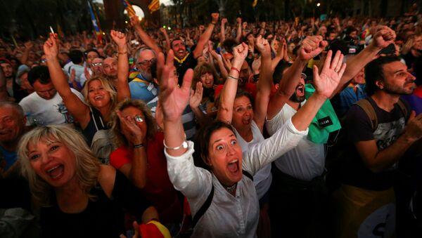 Люди смотрят трансляцию заседания Каталонского регионального парламента во время митинга за независимость в Барселоне - Sputnik Абхазия