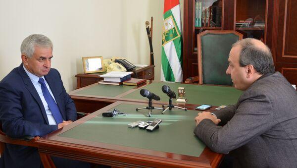 Встреча президента Абхазии с министром здравоохранения - Sputnik Аҧсны