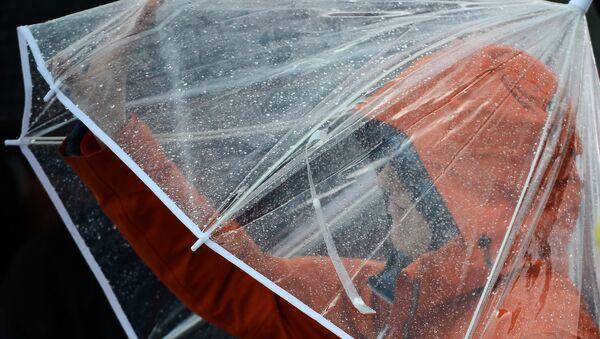 Ребенок под зонтом - Sputnik Абхазия