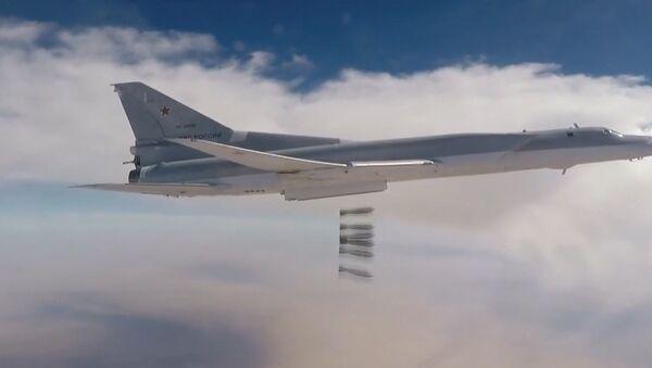 Групповой удар бомбардировщиков Ту-22М3 по позициям ИГ* в Аль-Букемале - Sputnik Абхазия