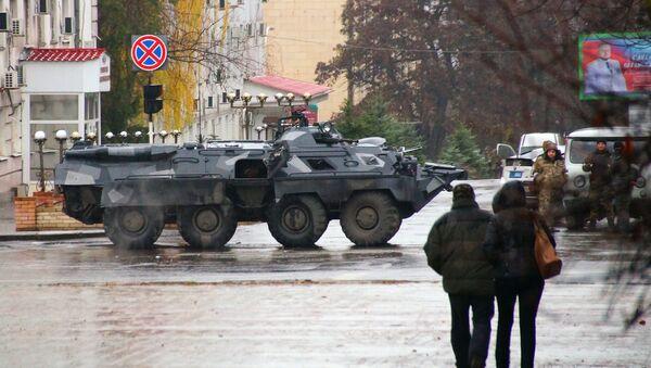 Центр Луганска перекрыли вооруженные люди и бронетехника - Sputnik Абхазия