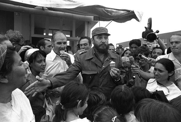 Премьер министр Кубы Фидель Кастро с мороженым, 1975 год - Sputnik Абхазия