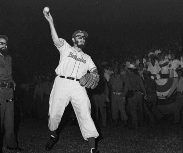 Фидель Кастро играет в бейсбол против полицейской команды - Sputnik Абхазия