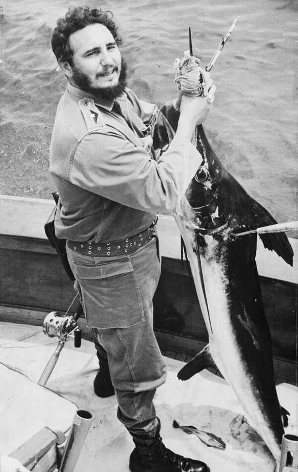 Кубинский лидер Фидель Кастро с пойманным марлином на ежегодном турнире Хемингуэя по рыбной ловле в Гаване, Куба - Sputnik Абхазия