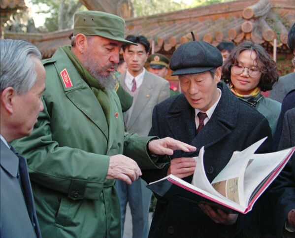 Президент Кубы Фидель Кастро во время осмотра Запретного города в Пекине - Sputnik Абхазия