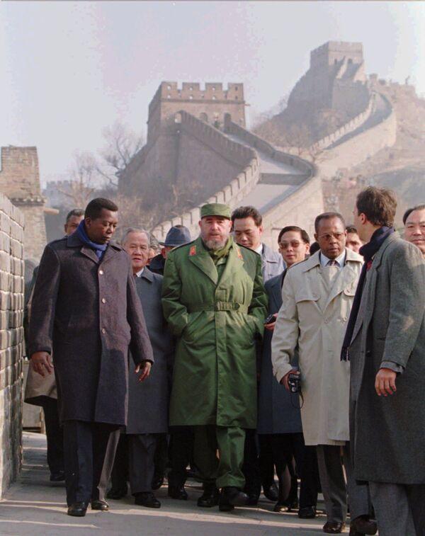 Президент Кубы Фидель Кастро во время посещения Великой Китайской стены - Sputnik Абхазия