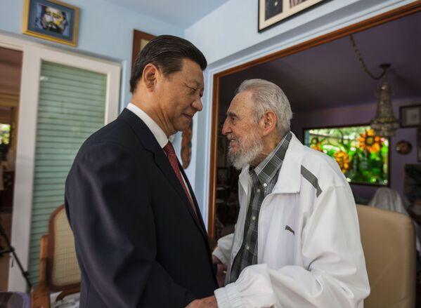Фидель Кастро приветствует президента Китая Си Цзиньпина в Гаване - Sputnik Абхазия