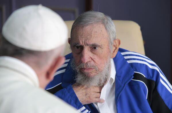 Папа римский Франциск беседует с экс-лидером Кубы Фиделем Кастро - Sputnik Абхазия