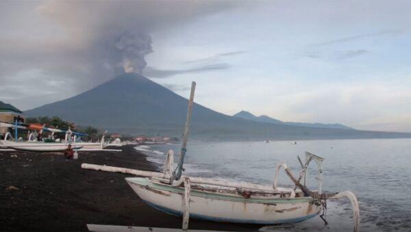 Вулкан Агунг на Бали выбросил столб дыма и пепла - Sputnik Абхазия