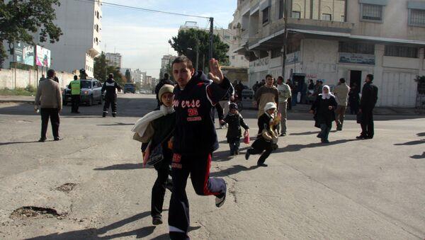 Палестинцы бегут в укрытие во время авиаударов израильских ВВС. Архивное фото - Sputnik Аҧсны
