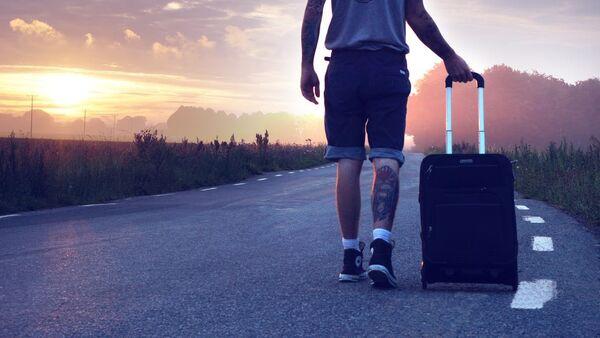 Турист с чемоданом - Sputnik Абхазия
