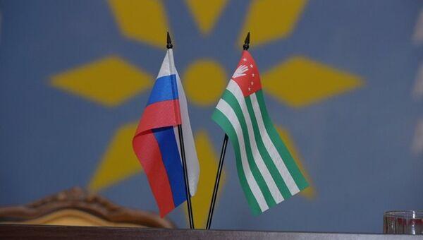 Флаги Абхазии и России - Sputnik Аҧсны