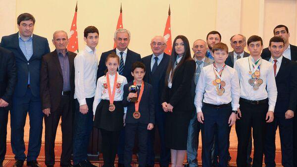 Рауль Хаджимба на итоговой встрече президента со спортсменами, победителями международных турниров - Sputnik Аҧсны