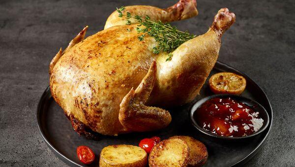 Целая жареная курица - Sputnik Абхазия