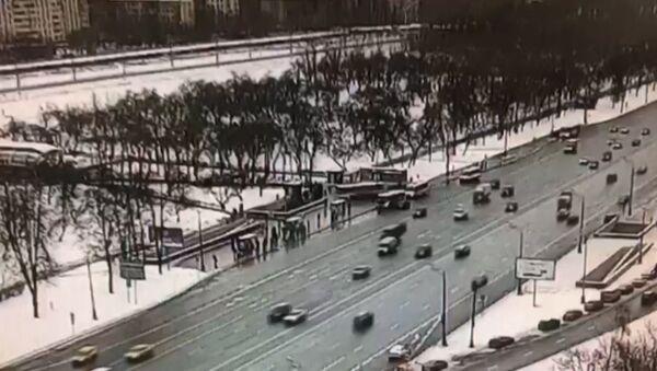Момент наезда автобуса на толпу у метро Славянский бульвар попал на камеры слежения - Sputnik Абхазия