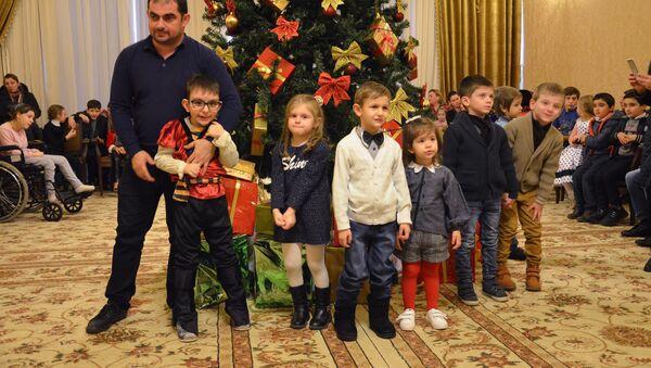 Новогодняя елка для детей с ограниченными возможностями - Sputnik Абхазия