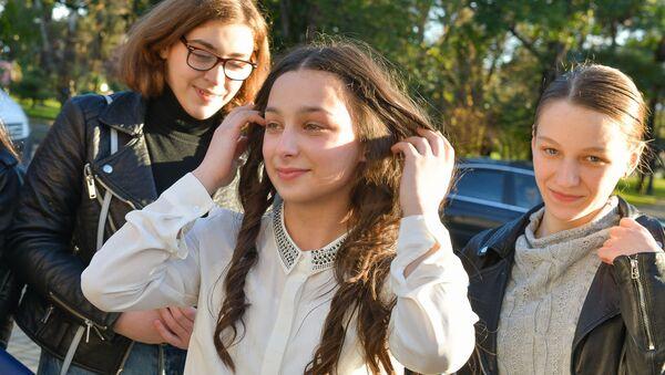 Школьные друзья, друзья-танцоры и родственники встретили финалистку международного проекта Ты супер! Танцы Милену Тачулия - Sputnik Аҧсны