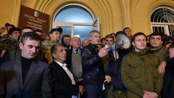 Митинг у здания администрации президента - Sputnik Абхазия