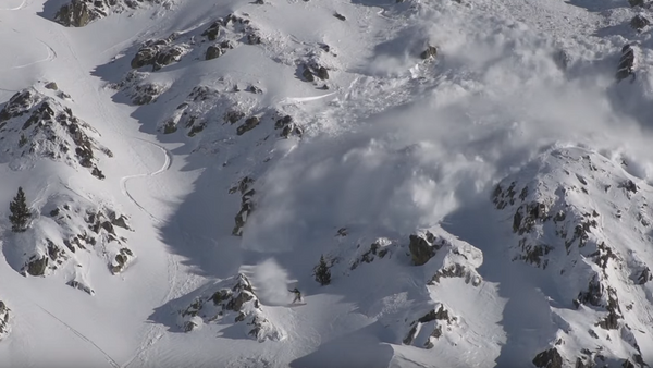 Сноубордист устроил гонки с лавиной в Пиренеях - Sputnik Абхазия