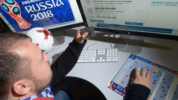 Молодой человек выбирает билеты на матч ЧМ-2018 на официальном сайте ФИФА - Sputnik Аҧсны