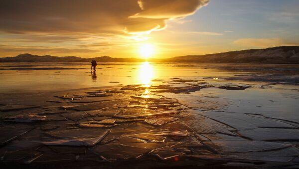 Люди на льду озера Байкал - Sputnik Абхазия
