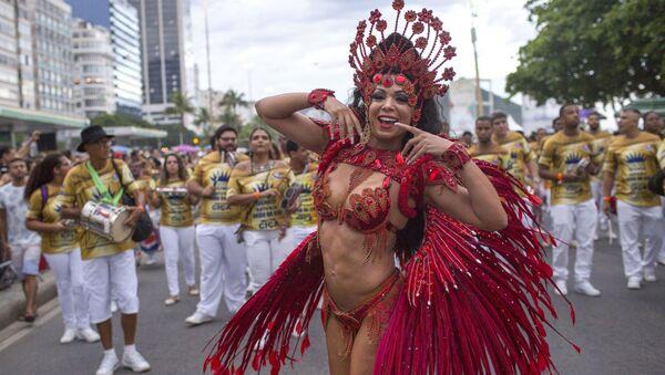 Танцоры школы самбы на уличном параде у пляжа Копакабана в Рио-де-Жанейро, Бразилия - Sputnik Абхазия