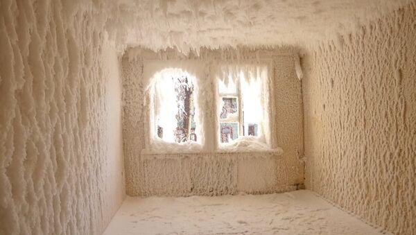 Мороз превратил заброшенное здание в Екатеринбурге во дворец Снежной королевы - Sputnik Абхазия