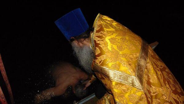 Военные ЮВО в Абхазии совершили крещенское омовение в Черном море - Sputnik Аҧсны