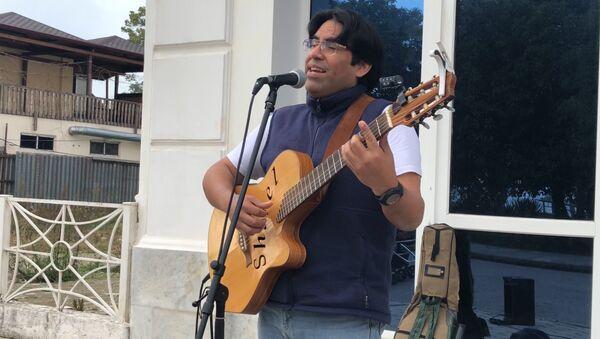 Bamboleo: музыкант из Перу поет на набережной Сухума - Sputnik Абхазия