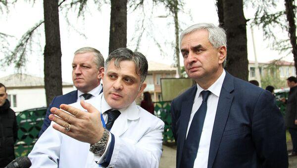 Президент Рауль Хаджимба и главный врач Галского района Георгий Шония на месте строительства будущего кабинета МРТ в Гале - Sputnik Абхазия