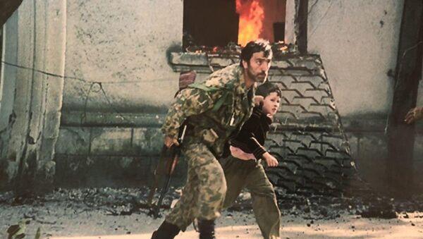 Владимир Календжи спасает парня из сгоревшего дома - Sputnik Абхазия