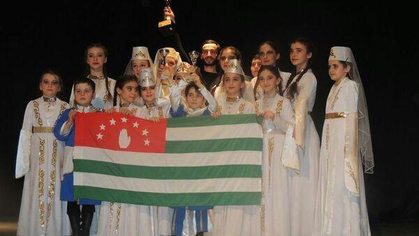 Участники детского ансамбля Абжьыуаа выиграли два первых места и взяли Гран-при - Sputnik Абхазия