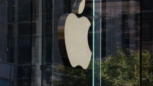 Логотип компании Apple на стене фирменного магазине на 5-й авеню в Нью-Йорке. - Sputnik Абхазия