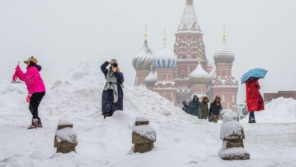 Туристы фотографируют во время снегопада на Красной площади в Москве - Sputnik Аҧсны