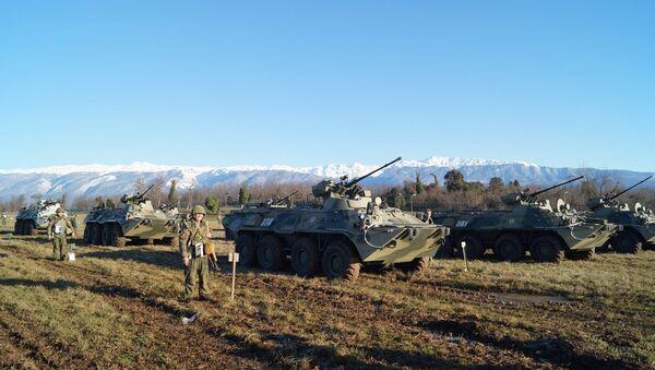 Российские мотострелки ЮВО в горах Абхазии на БТР-82А отработают задачи современного ночного общевойскового боя - Sputnik Аҧсны