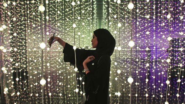 Женщина делает селфи на выставке «Край правительства» в Музее будущего в Дубае, ОАЭ - Sputnik Абхазия